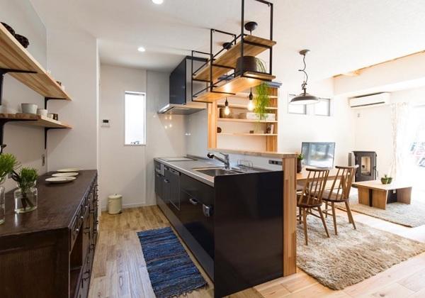 キッチンの腰壁ナシ(キッチンメーカーのエンドパネル仕上げ)