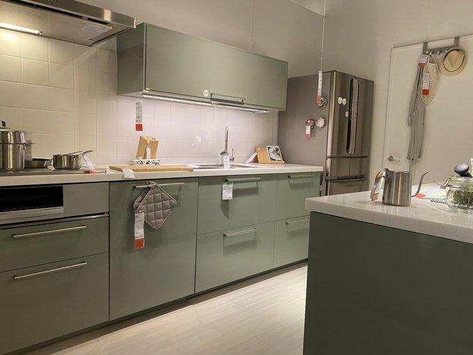 モスグリーンカラーのキッチン